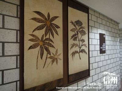 壁に飾ってある絵