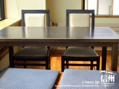 店内テーブル席半分