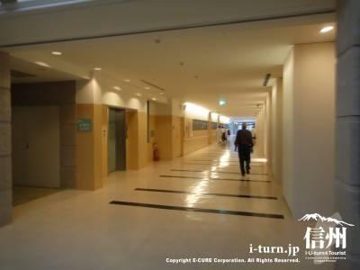 長野市民病院の広い廊下