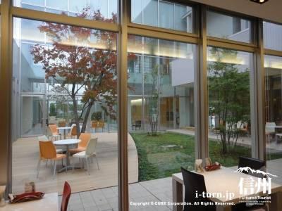 長野市民病院にある院内レストランのオープンテラス席を中から