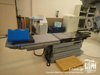 長野市民病院のリニアック治療室の治療用ベッド
