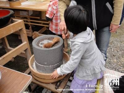 石臼で蕎麦を挽く