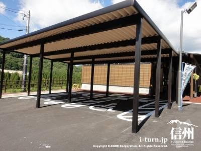 身障者用の駐車場は屋根付き
