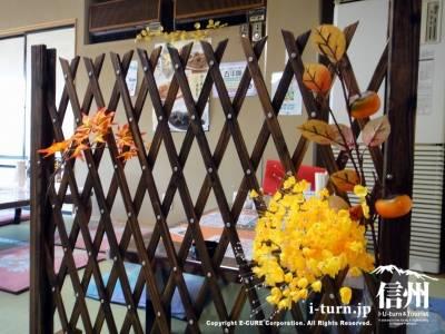 パーティションも秋らしい装飾
