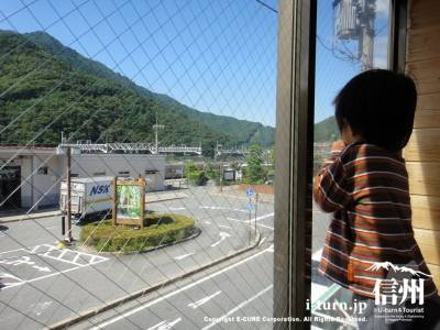 窓からは電車が見える