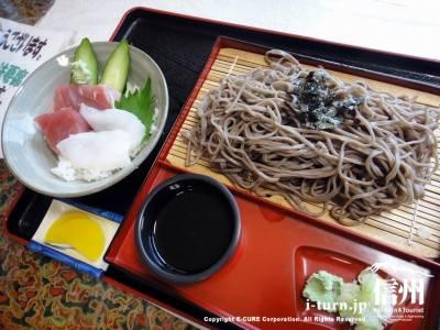 ざるそばとミニ海鮮丼(950円)