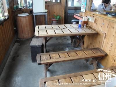親ゆずりの味店内のテーブル席