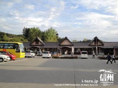 道の駅ふるさと豊田の駐車場と建物全景