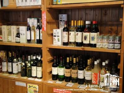 ワインや梅酒、りんご酒が並ぶ棚