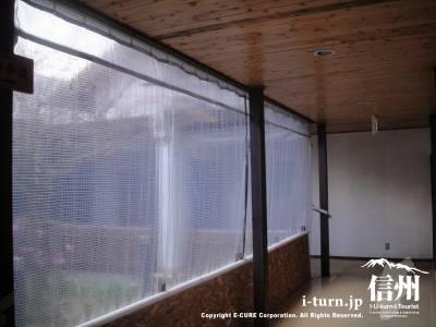 冬期のかやぶきの館の廊下は透明シートで密閉