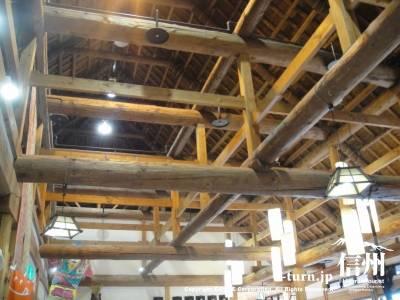 かやぶきの館の屋根裏はすごい梁