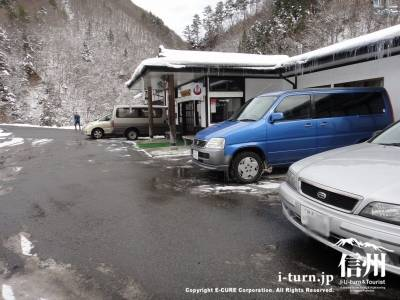 施設前の駐車場