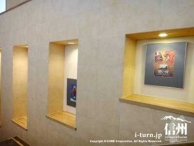 階段の壁にポスター