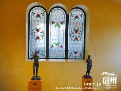 ステンドグラスと美術品展示