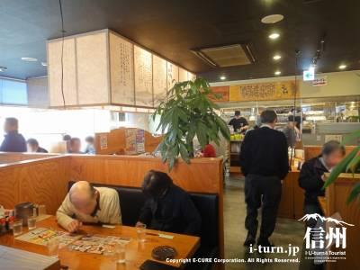 店内はテーブルとカウンター席が中心