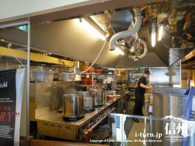 麺創宮本の厨房