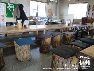 丸太の椅子が特徴的な店内