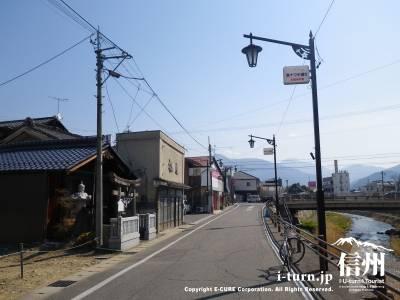 鎮神社の前の道