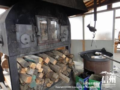 おやきを焼く薪のオーブン
