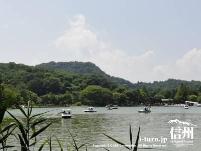 塩沢湖・湖面に浮かぶボートⅡ
