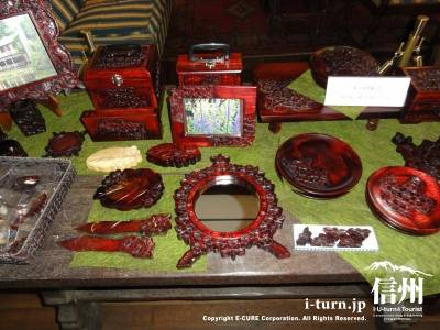 睡鳩荘に陳列された軽井沢彫民芸品