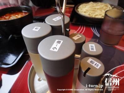 テーブルにはラー油、酢、醤油、一味、胡椒、楊枝です