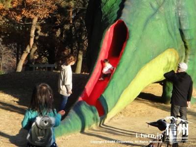 滑り台や遊具になっている恐竜はちびっこに人気