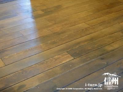 床は味のある無垢の板貼り