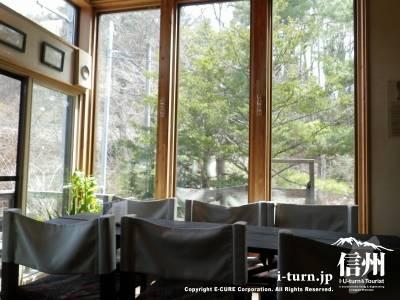 テーブル席と窓の向こう