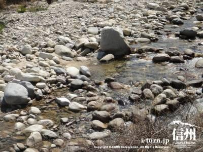 大きな石がゴロゴロしている川