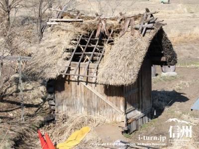 穴空き屋根の水車小屋