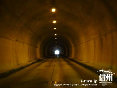 オレンジで不気味なトンネル内部
