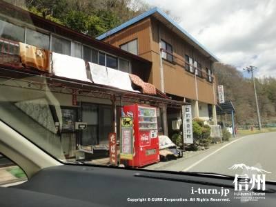 商店前のコカコーラ自動販売機