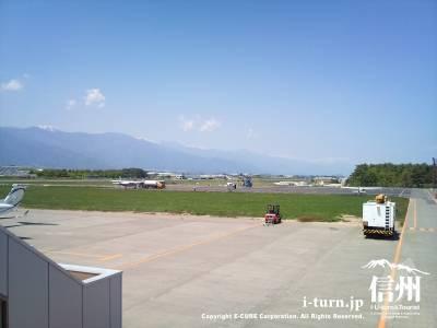 ボーディング・ブリッジの空港の眺め