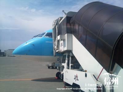 千歳空港でタラップを接続したFDA