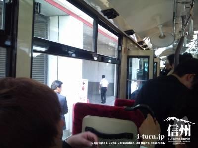 空港内バスの車内風景