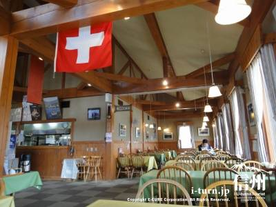 スイスの国旗が目立ちます