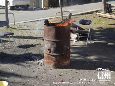 今日は寒かったので火が焚かれていました