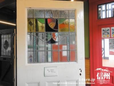 ステンドガラス付きのドア