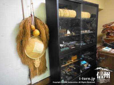 みのなど昔の道具が並ぶ棚