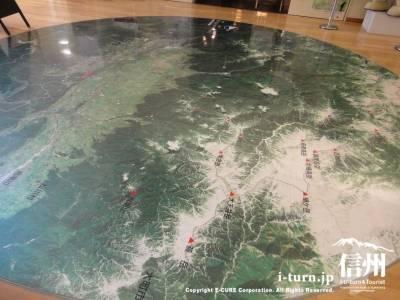 松本平と北アルプスを上から見た絵
