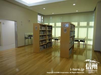 2階ロビーの本棚