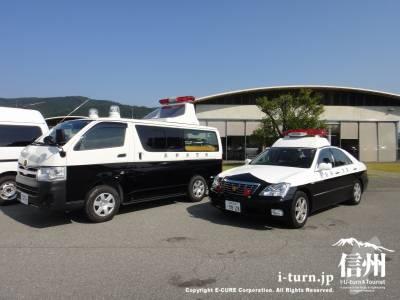 事故処理車とパトカー