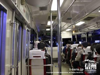 バス内も青い