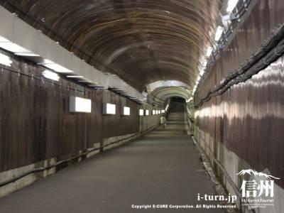 駅へと続くトンネル