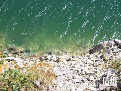 エメラルドグリーンの水