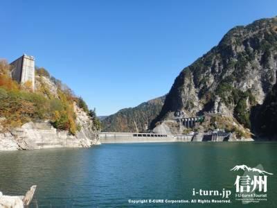 湖面から見たダム