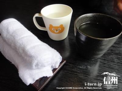 おしぼりとお茶と子供用コップ