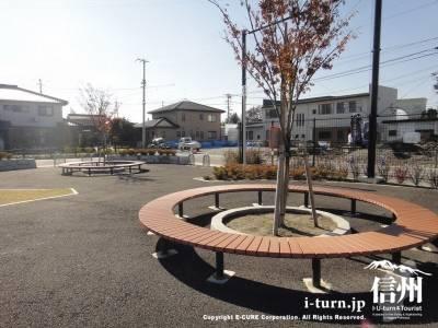 木を囲む丸いベンチ
