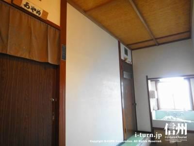 部屋は小さめのドア